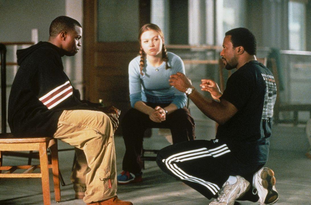 Regisseur Thomas Carter, r. mit seinen Hauptdarstellern Sean Patrick Thomas, l. und Julia Stiles, r. ... - Bildquelle: Paramount Pictures