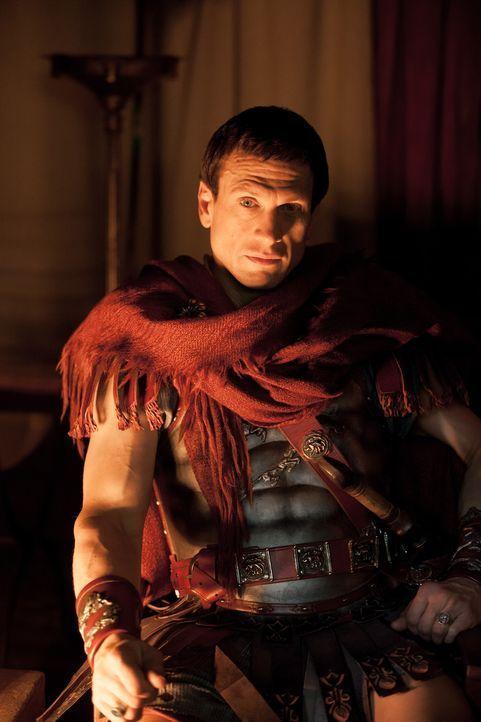 Crassus (Simon Merrells) benutzt eine lange nicht mehr verwendete Form römischer Bestrafung, um seinen Soldaten eine brutale Lehre zu erteilen: die... - Bildquelle: 2012 Starz Entertainment, LLC. All rights reserved.