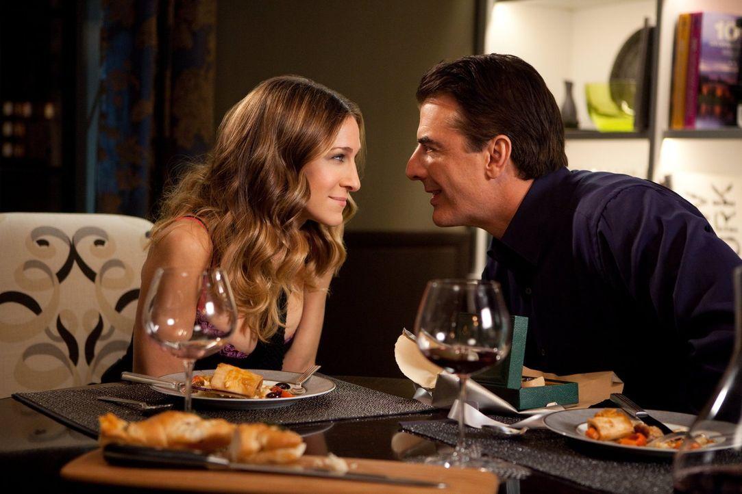 Kommt Carrie (Sarah Jessica Parker, l.) mit einem Vorschlag, der die Beziehung eintrübt: Big (Chris Noth, r.) ... - Bildquelle: Warner Brothers