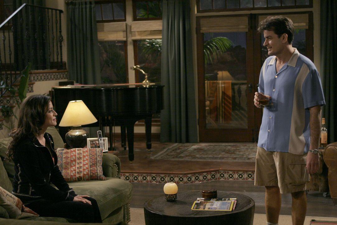 Mia (Emmanuelle Vaugier, l.); Charlie Harper (Charlie Sheen, r.) - Bildquelle: Warner Bros. Entertainment, Inc.
