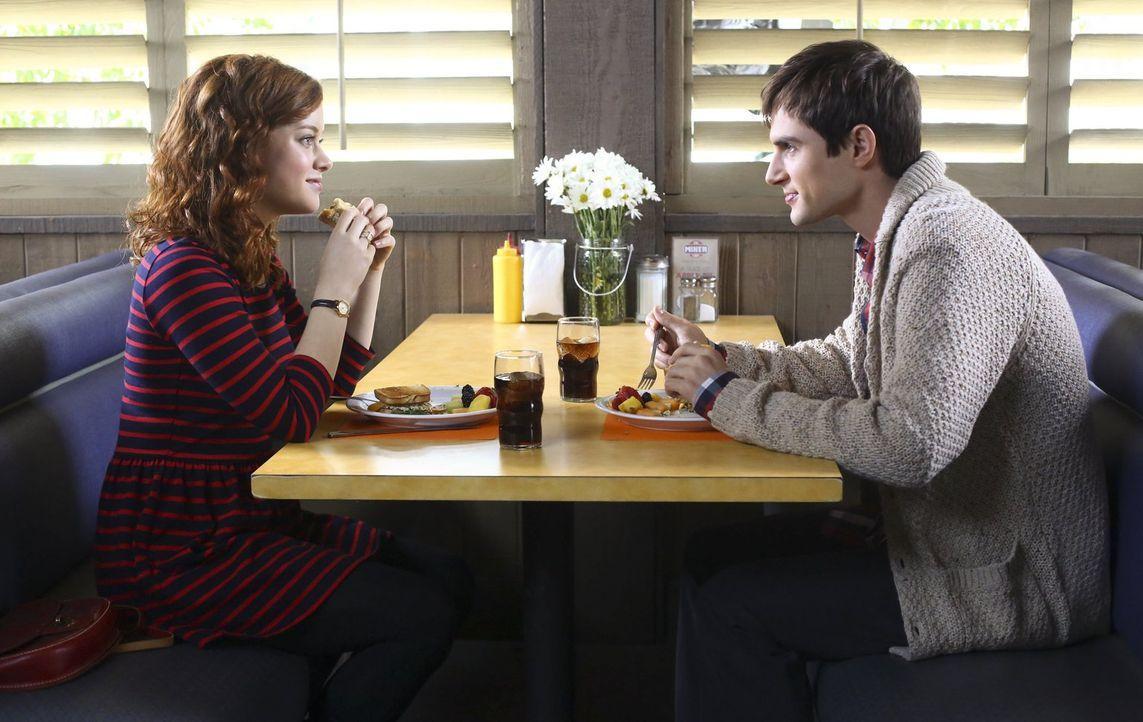 Tessa (Jane Levy, l.) trifft auf einer Party eine männliche Version (Andrew J. West, r.) von sich selbst - und ist sofort fasziniert. Beide liegen g... - Bildquelle: Warner Bros. Television
