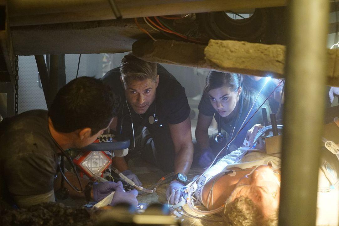 Kann Willis (Rob Lowe, M.) das Leben des Wartungsarbeiters, der unter einem explodierten Boiler feststeckt, retten? - Bildquelle: Monty Brinton 2015 ABC Studios