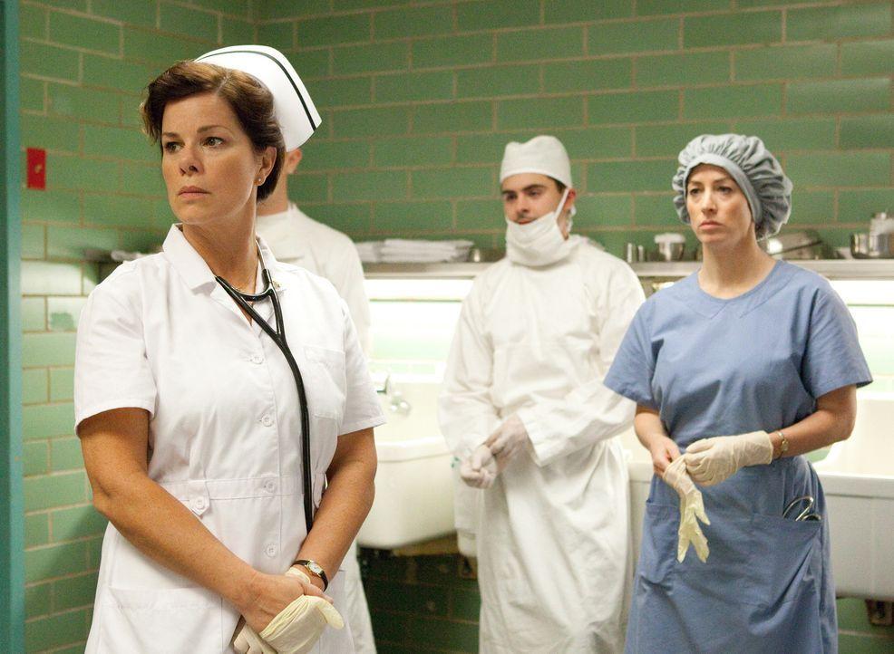 Als der sterbende Präsident ins Parkland Memorial Krankenhaus eingeliefert wird, bewahrt Krankenschwester Doris Nelson (Marcia Gay Harden, l.) die... - Bildquelle: Claire Folger 2013 WALLEYE PRODUCTIONS, LLC ALL RIGHTS RESERVED.