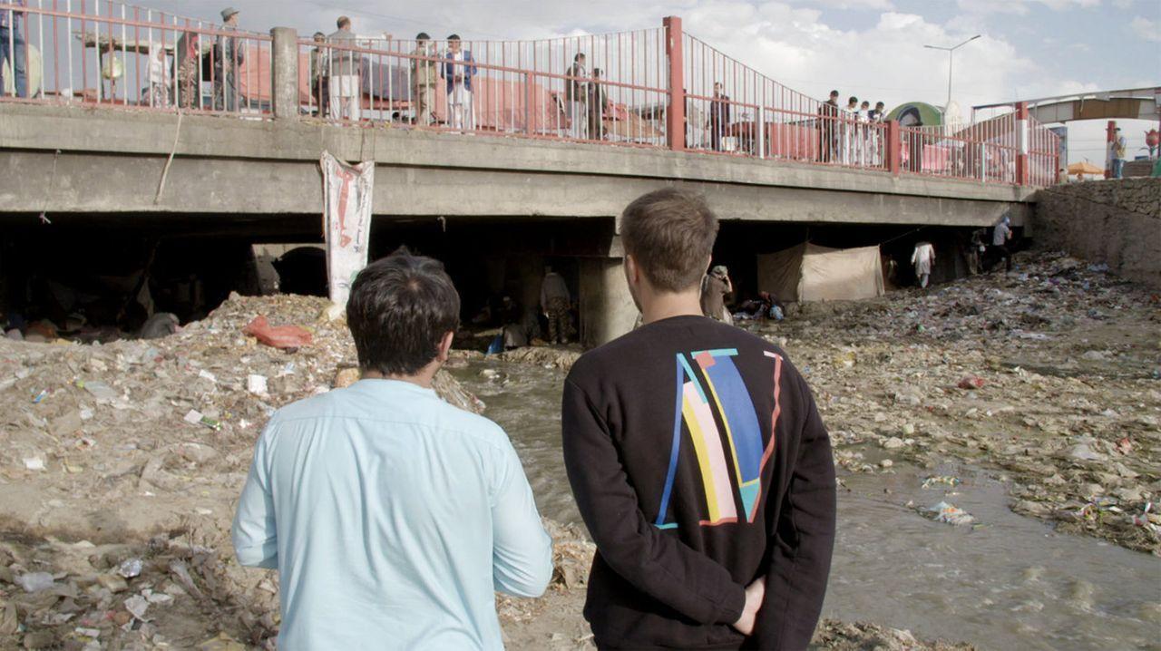 Thilo Mischke (r.) macht sich auf die Reise zum Ursprung des Heroins nach Afghanistan. Wie geht das Land gegen Heroin vor? Was hat die Terrororganis... - Bildquelle: ProSieben
