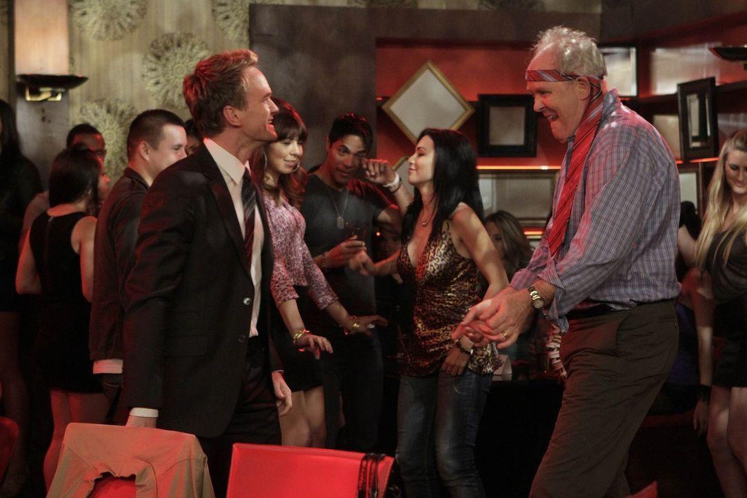 Während Barney (Neil Patrick Harris, l.) seinen Vater Jerry (John Lithgow, r.) besser kennenlernen möchte, trifft Robin einen Mann, auf den sie sc... - Bildquelle: 20th Century Fox International Television
