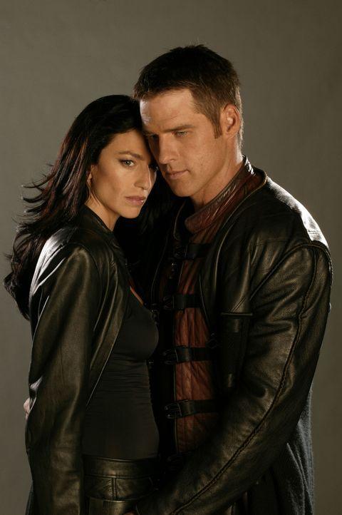 Aeryn Sun (Claudia Black, l.) ist schwanger. Sie wünscht sich, mit John Crichton (Ben Browder, r.) zur Erde zurückkehren zu können, um dort mit i... - Bildquelle: Hallmark Entertainment
