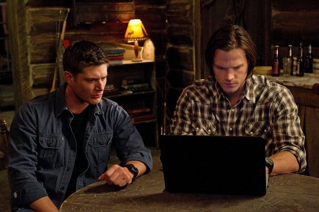 Irgendwie müssen Sam (Jared Padalecki, r.) und Dean (Jensen Ackles, r.) an geheime Daten kommen, um eine menschenzerstörende Katastrophe aufhalten z... - Bildquelle: Warner Bros. Television