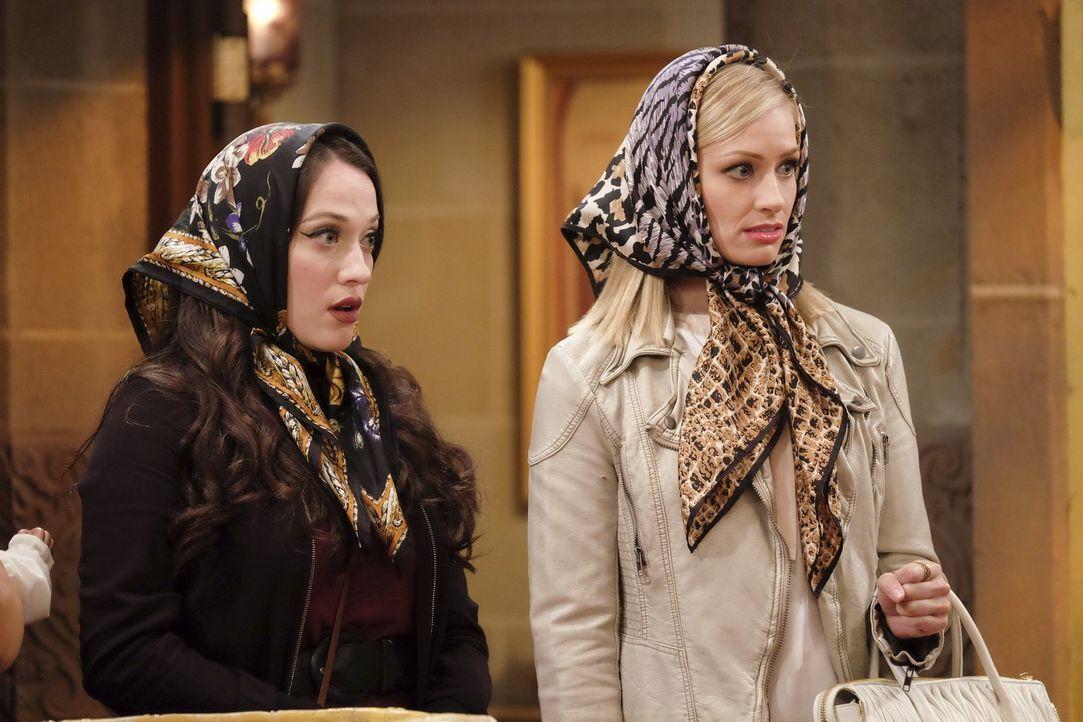 Max (Kat Dennings, l.) und Caroline (Beth Behrs, r.) geben sich große Mühe, als sie von Sophie und Oleg als Patentanten auserwählt werden, doch dann... - Bildquelle: Warner Bros. Television