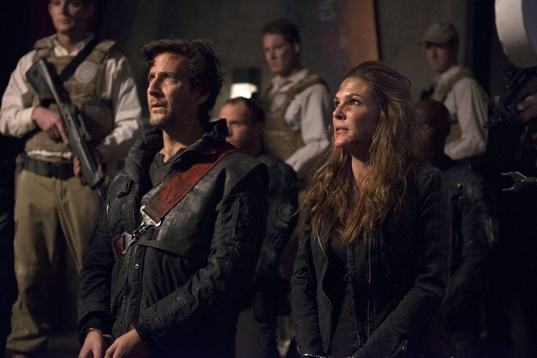 Um Kane (Henry Ian Cusick, l.), Abi (Paige Turco, r.) und die anderen Skypeople zu retten, greift Clarke auch zu drastischen Mitteln ... - Bildquelle: 2014 Warner Brothers