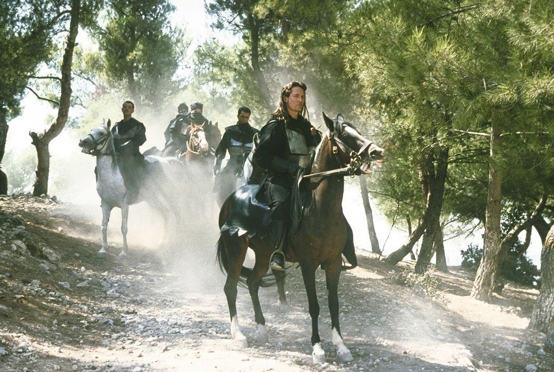 Nach und nach gelingt es General Nimbus (Anthony De Longis, r.) und seinen Schergen, den Dark Nights', das Land zu erobern ...