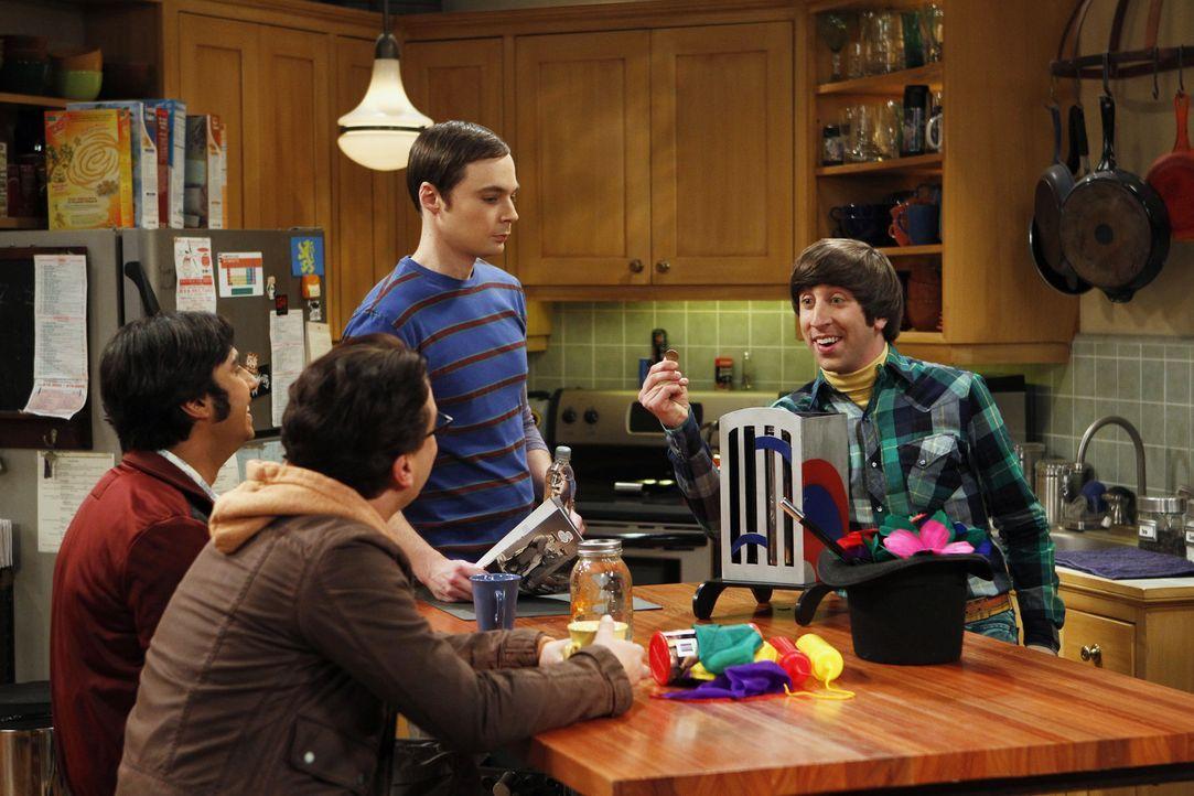 Howard (Simon Helberg, r.) bereit sich auf einen Auftritt als Zauberer beim Geburtstag seines Cousins vor. Leonard (Johnny Galecki, 2.v.l.), Sheldon... - Bildquelle: Warner Bros. Television