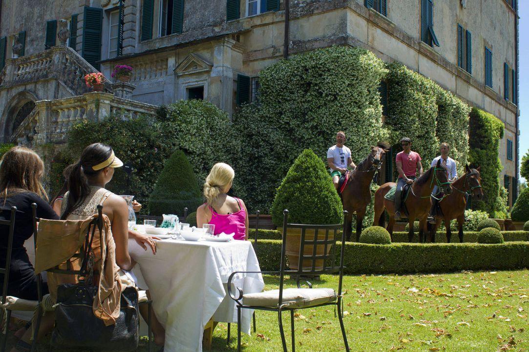 Während die Damen ein ausgedehntes Frühstück genießen, begeben sich (v.l.n.r.) Dennis, Chris und Gero auf einen Ausflug hoch zu Rosse ... - Bildquelle: Richard Hübner ProSieben