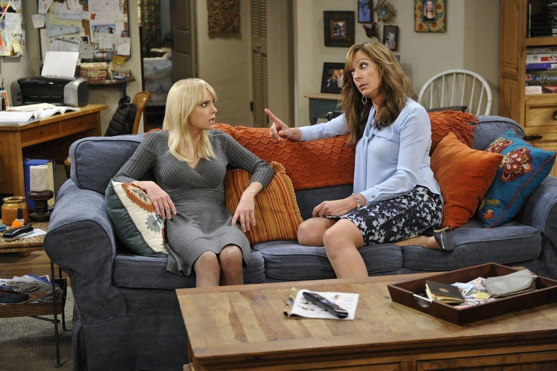 Bonnie (Allison Janney, r.) freut sich darüber, dass ihre Tochter Christy (Anna Faris, l.) eine Romanze mit einem wohlhabenden Mann eingeht, profiti... - Bildquelle: 2015 Warner Bros. Entertainment, Inc.