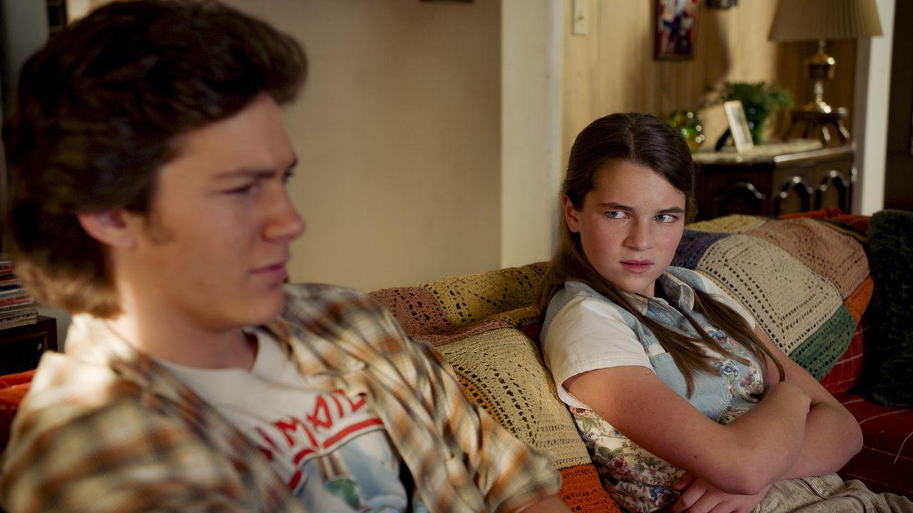 Georgie Cooper (Montana Jordan, l.); Missy Cooper (Raegan Revord, r.) - Bildquelle: 2020 Warner Bros. Entertainment Inc. All Rights Reserved.