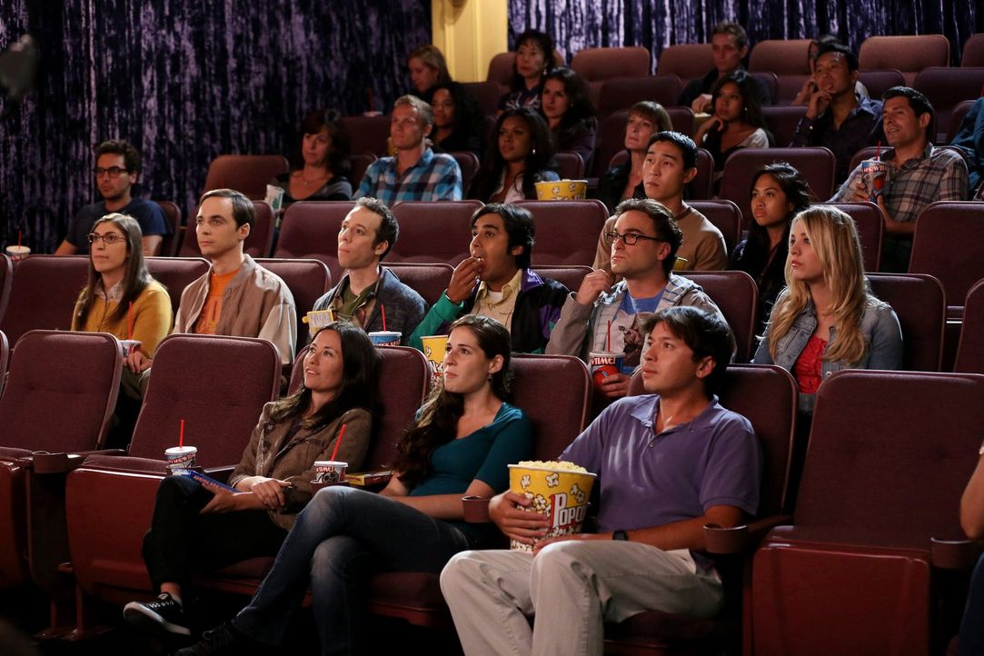 Ein Kinoabend unter Freunden: (2. Reihe von vorne v.l.n.r.) Amy (Mayim Bialik), Sheldon (Jim Parsons), Stuart (Kevin Sussman), Raj (Kunal Nayyar), L... - Bildquelle: Warner Bros. Television