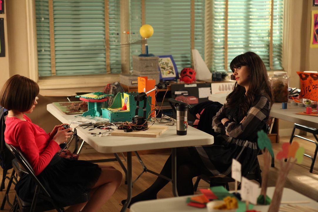 """Jess (Zooey Deschanel, r.) lässt ihre Schüler für eine """"Wissenschaftsmesse"""" in der Schule verschiedene Objekte basteln. Als sie dabei ein Lied vortr... - Bildquelle: 20th Century Fox"""