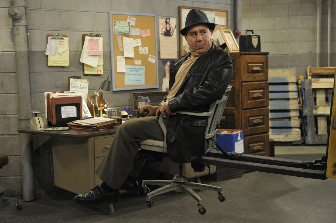 Stellt Molly als Gabelstaplerfahrerin ein: Vincent (Louis Mustillo) ... - Bildquelle: Warner Brothers