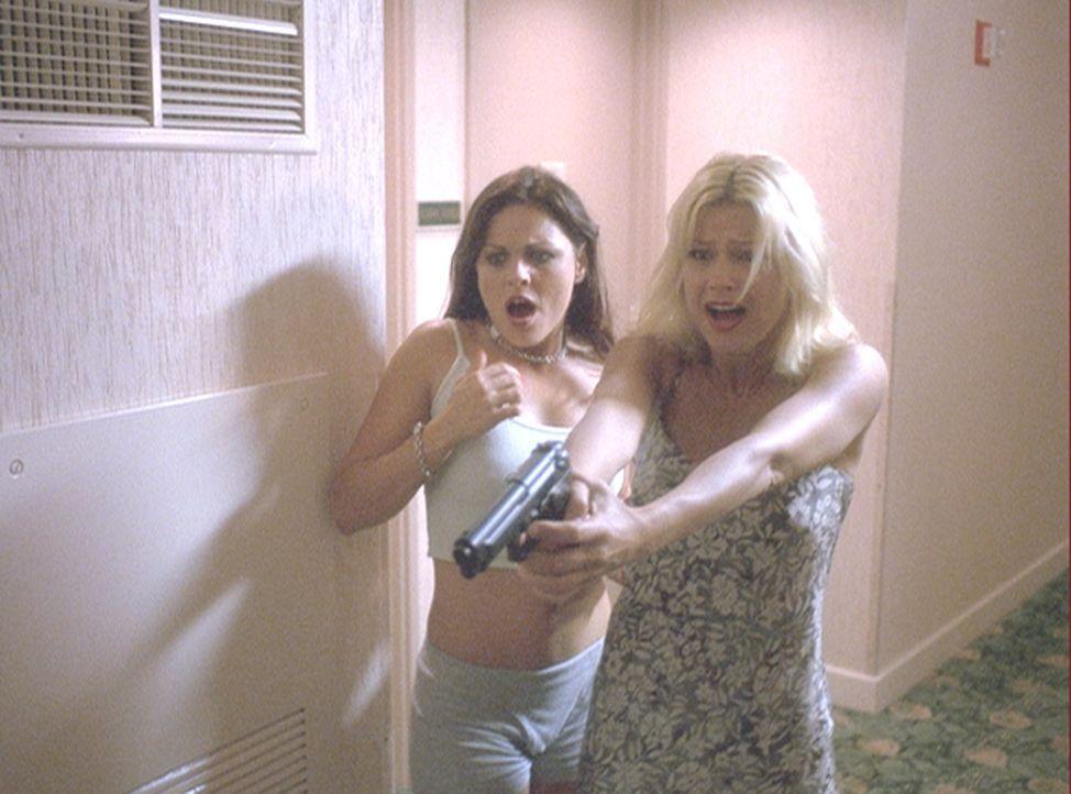 Wider Erwarten gelingt es Kristen (Amy Lindsay, r.) und Megan (Belinda Gavin, l.), den geheimnisvollen Mörder zu entwaffnen. Doch dann begehen die M... - Bildquelle: 2004 by Epsilon Motion Pictures
