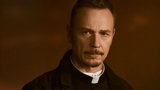 Ben Daniels spielt Pater Marcus Keane in The Exorcist