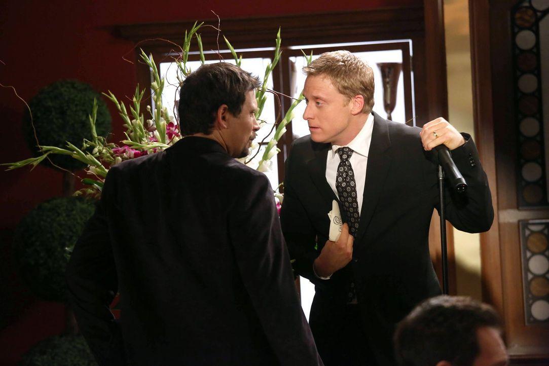 Als Marty stirbt, ist George (Jeremy Sisto, l.) tief getroffen, und er und Noah (Alan Tudyk, r.) müssen entscheiden, was mit Martys Asche geschehen... - Bildquelle: Warner Brothers