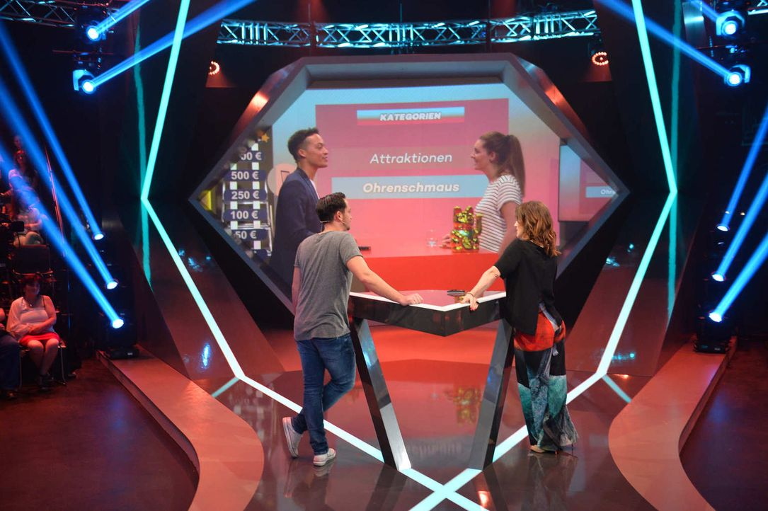 """Jeannine Michaelsen (r.) und Aurel Mertz (l.) lassen bei der Quiz-Comedy-Show """"Risky Quiz"""" ihre Kandidaten Annika (2.v.r.) und Marcelo (2.v.l.) in d... - Bildquelle: Willi Weber ProSieben"""