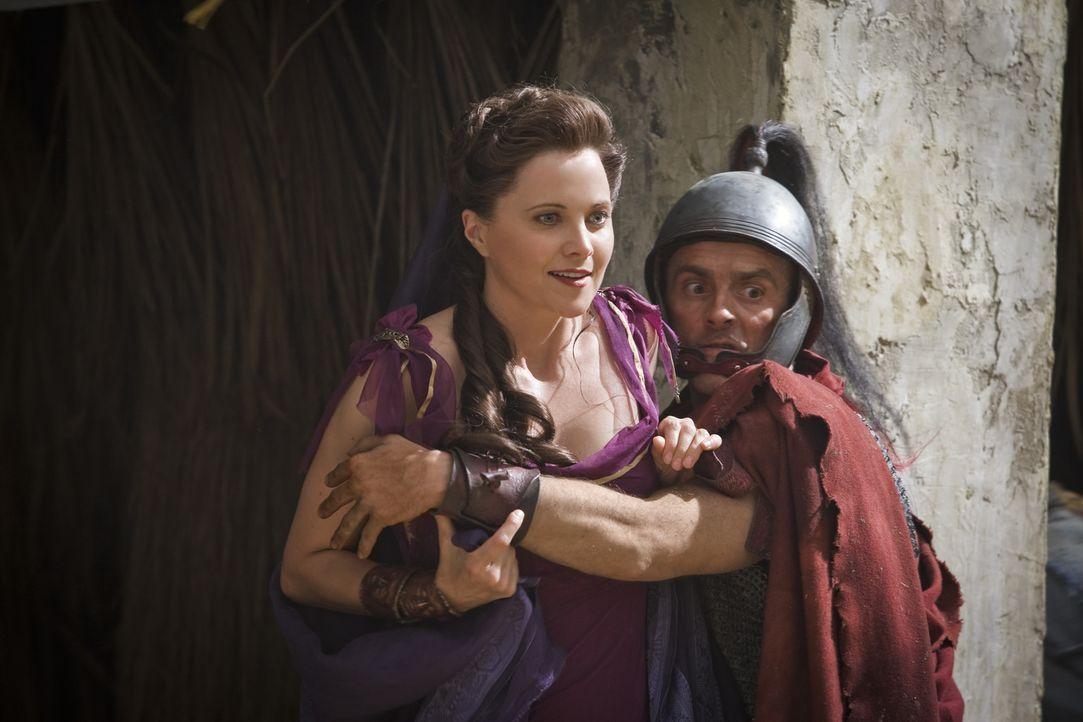 Als Crixus die ins Leben zurückgekehrte Lucretia (Lucy Lawless, l.) erblickt, lodert sein Hass erneut auf. Wütend stürzt er sich ins Kampfgetümm... - Bildquelle: 2011 Starz Entertainment, LLC. All rights reserved.