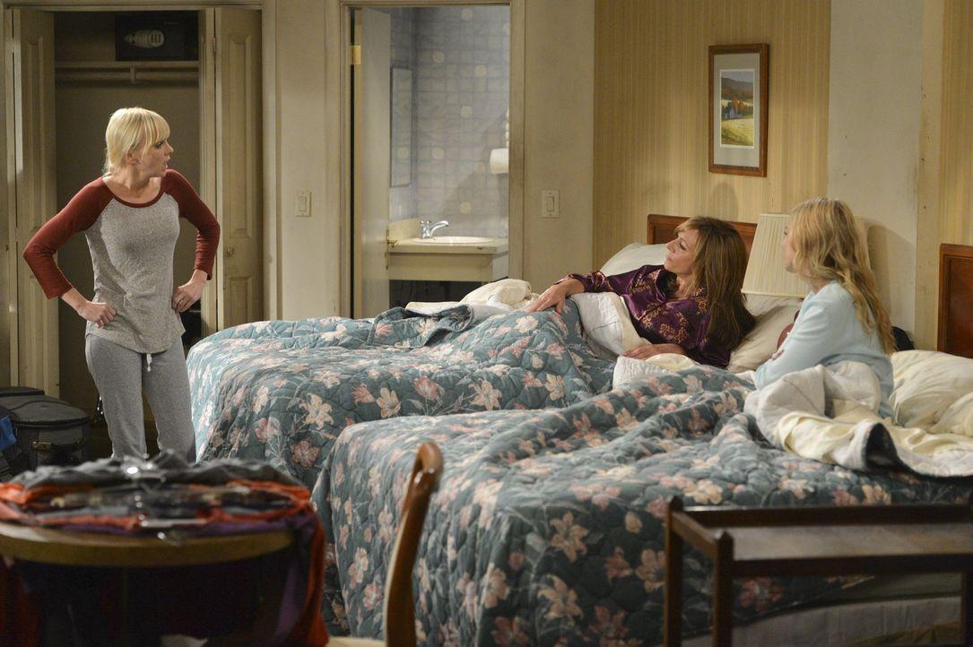 Nachdem Christy (Anna Faris, l.) drei Monate mit der Miete in Verzug ist, stehen sie, Bonnie (Allison Janney, M.) und Violet (Sadie Calvano, r.) qua... - Bildquelle: Warner Bros. Television