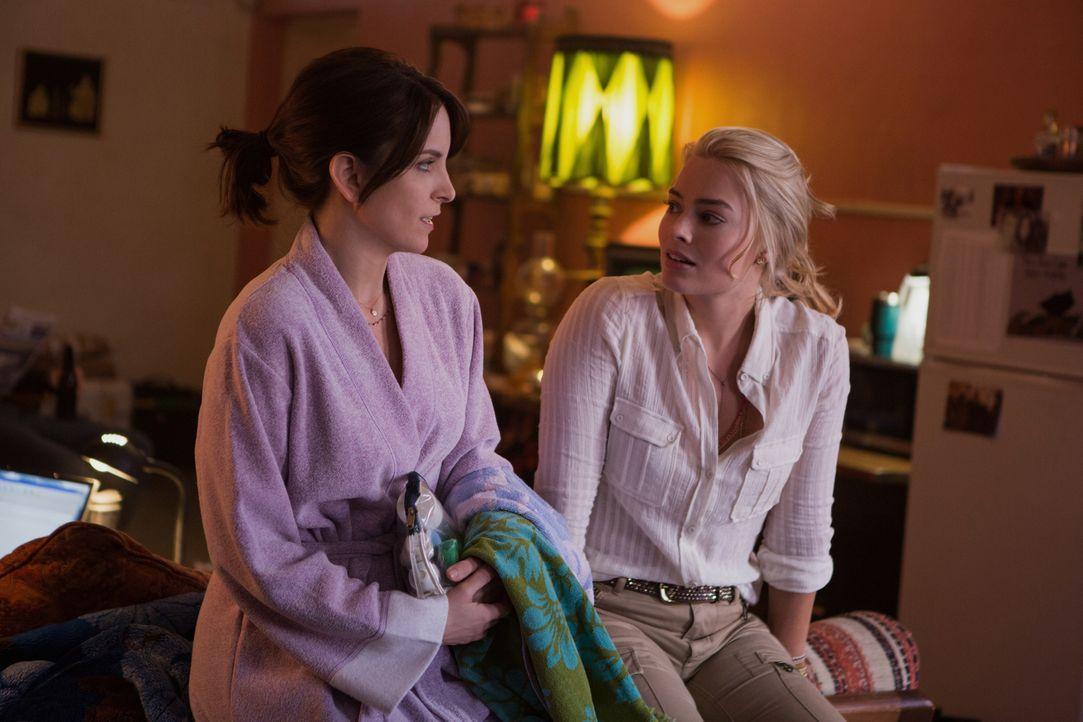 Von der erfahrenen Kriegsreporterin Tanya Vanderpoel (Margot Robbie, r.) lernt Kim (Tina Fey, l.) wie man sich in der männerdominierten Welt der Kri... - Bildquelle: Frank Masi 2015 Paramount Pictures. All Rights Reserved.