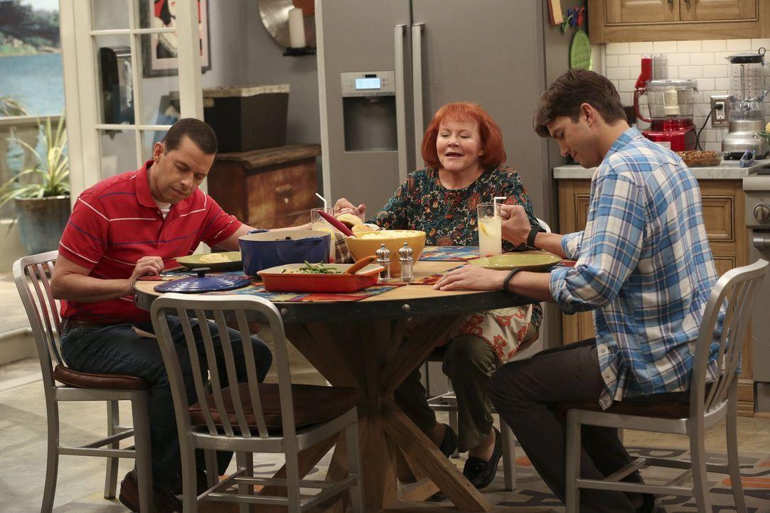 Nachdem sie Berta in Rente geschickt haben, machen sich Alan (Jon Cryer, l.) und Walden (Ashton Kutcher, r.) auf die Suche nach einer neuen Haushält... - Bildquelle: Warner Brothers