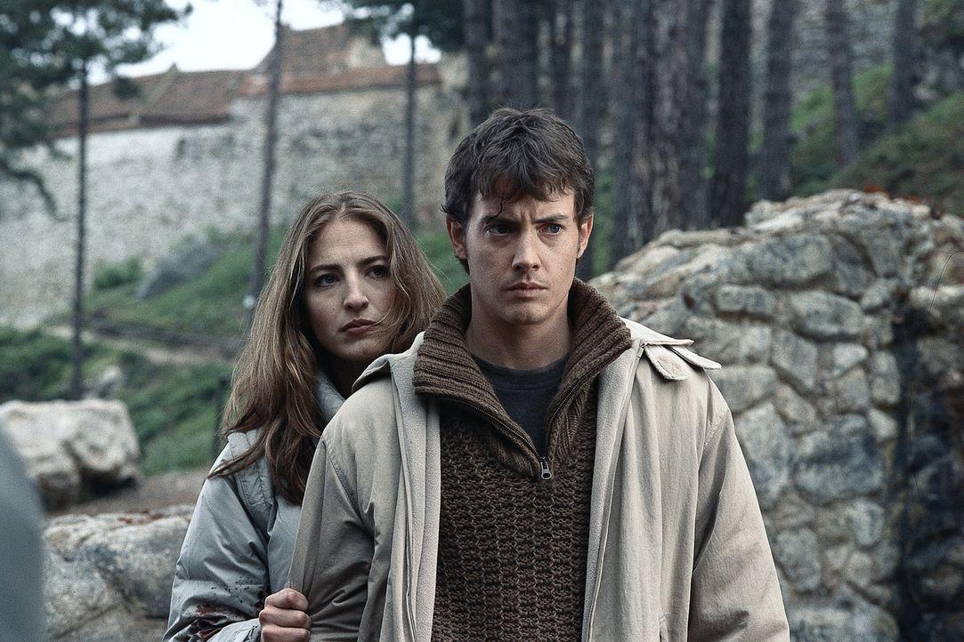 Die mutige Journalistin Julia (Alexandra Wescourt, hinten) hilft Luke (Jason London) beim Kampf gegen die blutsaugenden Vampire, die in Rumänien ihr... - Bildquelle: Buena Vista Home Entertainment, Inc. All rights reserved