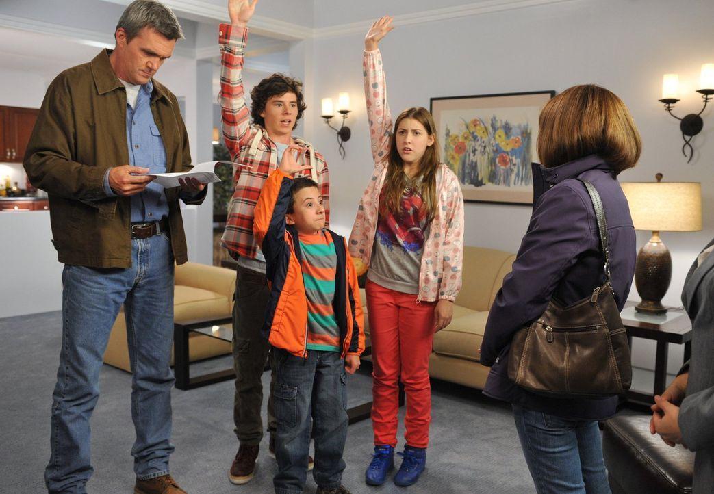 Als Frankie (Patricia Heaton, r.) und Mike (Neil Flynn, l.) den Kindern eröffnen, eventuell in ein Apartment ziehen zu wollen, sind Axl (Charlie McD... - Bildquelle: Warner Brothers