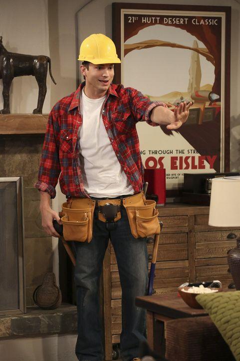 Walden (Ashton Kutcher) will unbedingt beweisen, dass er auch als Handwerker einiges drauf hat und beginnt, auf eigene Faust die Terrasse umzubauen.... - Bildquelle: Warner Brothers Entertainment Inc.