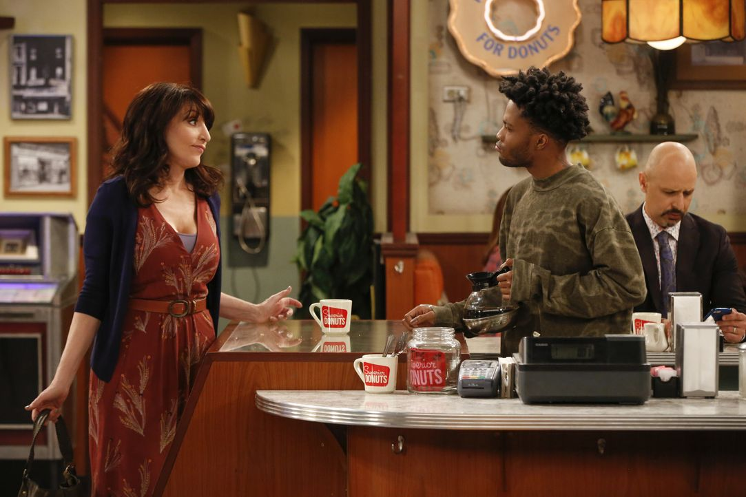 Als Randy (Katey Sagal, l.) und Franco (Jermaine Fowler, r.) sich über eine angebliche Information über Arthur in Mayas Dissertation unterhalten, er... - Bildquelle: Monty Brinton 2017 CBS Broadcasting, Inc. All Rights Reserved
