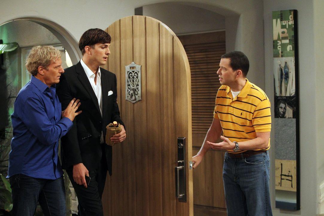 Walden (Ashton Kutcher, M.) ist verzweifelt, denn Zoey hat seinen Heiratsantrag nicht angenommen. Alan (Jon Cryer, r.) und Michael Bolton (Michael B... - Bildquelle: Warner Bros. Television