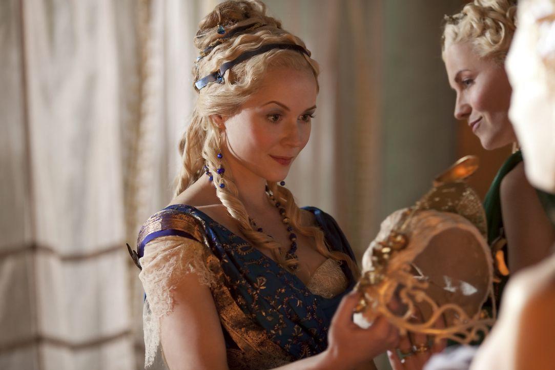 Um ihr Verlangen zu stillen, will Licinia (Brooke Harman, l.) ein geheimes Treffen mit einem der Gladiatoren und bittet  Lucretia (Lucy Lawless, M.)... - Bildquelle: 2010 Starz Entertainment, LLC