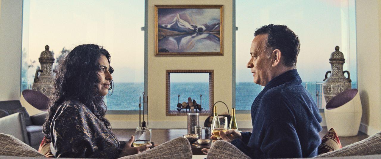 (v.l.n.r.) Zahra (Sarita Choudhury); Alan (Tom Hanks) - Bildquelle: Oberon Film GmbH