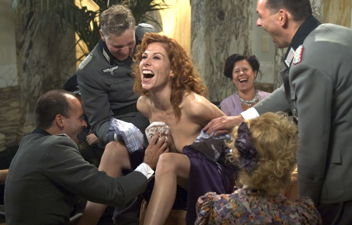 Als Rachels Tarnung auffliegt und sie in deutsche Gefangenschaft gerät, gibt sich Ronnie (Halina Reijn, M.) ihrem liebsten Laster hin, um sie befre... - Bildquelle: Egoli Tossell Film AG