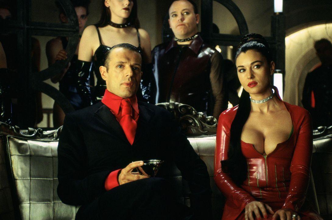 Neo befindet sich in einem Ort zwischen der Matrix und der realen Welt - und nur ein Untergebener des Merovingian (Lambert Wilson, l.) kann ihn wied... - Bildquelle: Warner Bros.