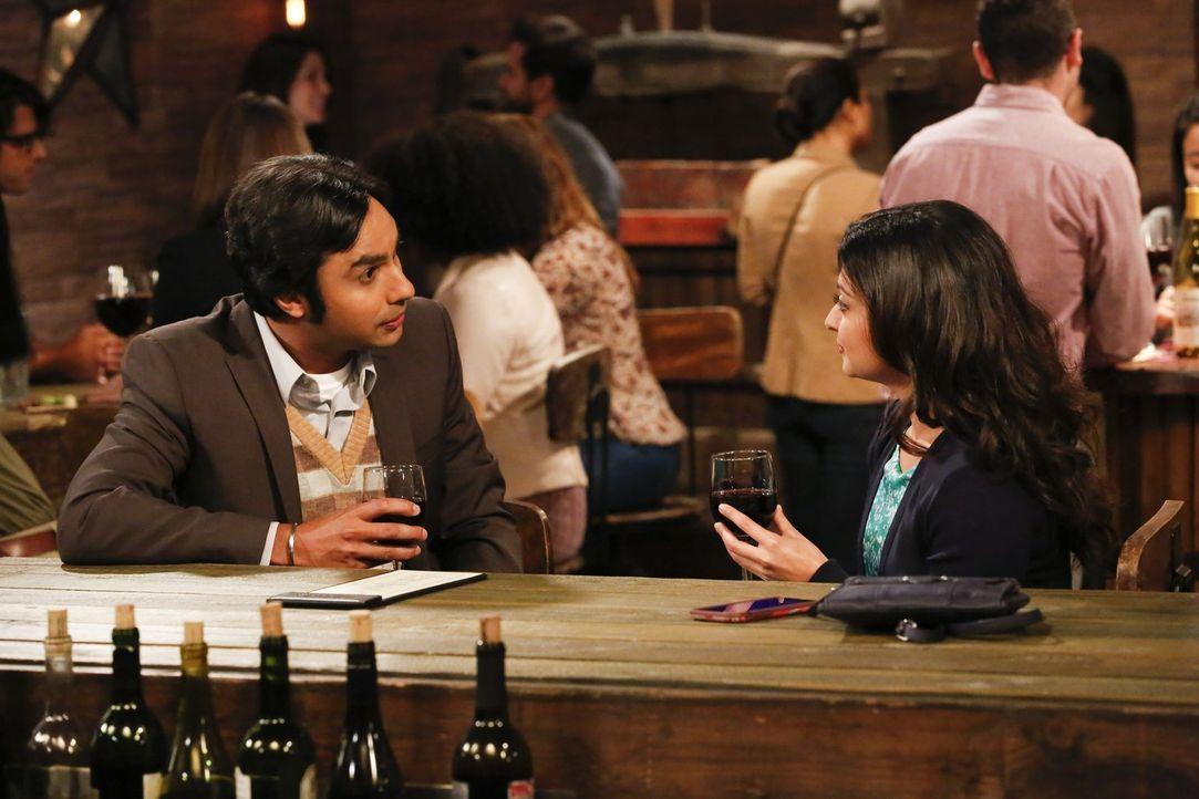 Raj (Kunal Nayyar, l.) findet sofort Gefallen an Bernadettes neuer Kollegin Ruchi (Swati Kapila, r.), doch damit ist er nicht der einzige ... - Bildquelle: Warner Bros. Television