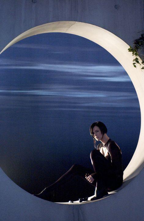 Steigt hinab in die dunkelsten Tiefen einer märchenhaften Welt und taucht aller Illusionen beraubt rachedurstig wieder auf : Topagentin Aeon Flux (C... - Bildquelle: 2004 by PARAMOUNT PICTURES. All Rights Reserved.
