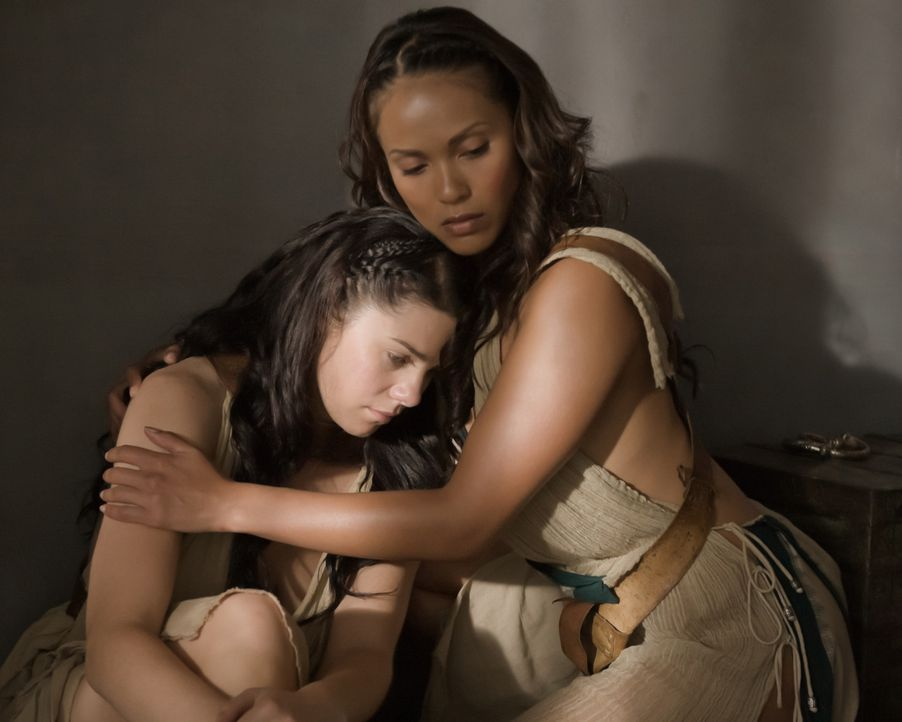 Müssen den Anweisungen ihrer Domina Gehorsam leisten: die Sklavinnen Naevia (Lesley-Ann Brandt, r.) und Diona (Jessica Grace Smith, l.) ... - Bildquelle: 2010 Starz Entertainment, LLC