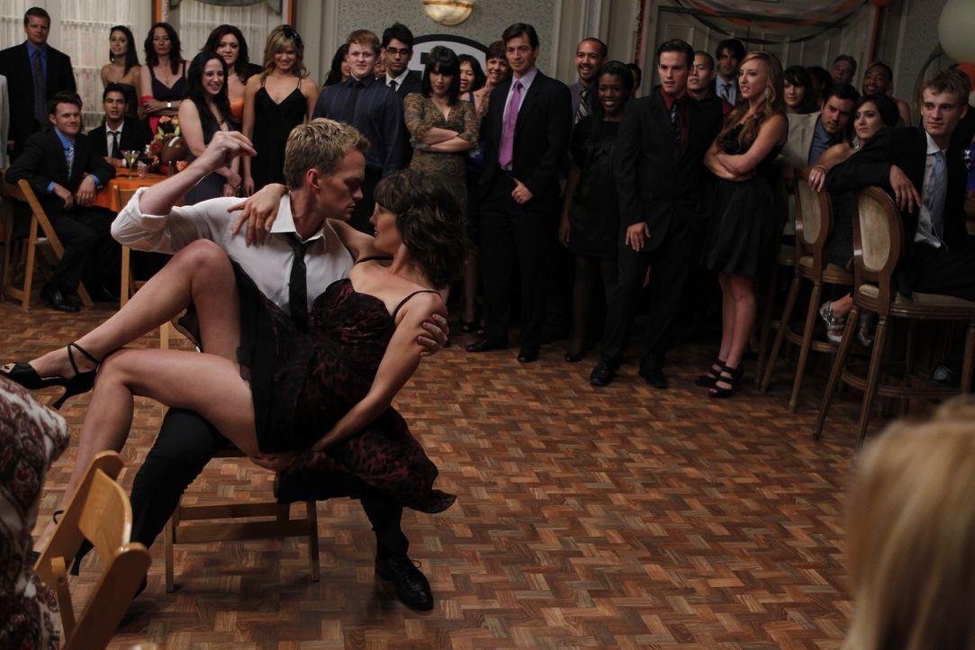 Rückblende an Punchys Hochzeit: Robin (Cobie Smulders, vorne r..) und Barney (Neil Patrick Harris, vorne l.) ... - Bildquelle: 20th Century Fox International Television