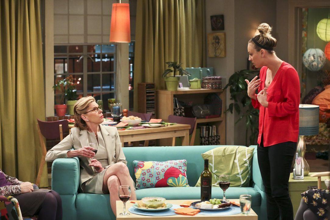 Penny (Kaley Cuoco, r.) verspricht Leonard, sich um seine Mutter Beverly (Christine Baranski, l.) zu kümmern, während er, Sheldon, Howard und Raj in... - Bildquelle: 2016 Warner Brothers