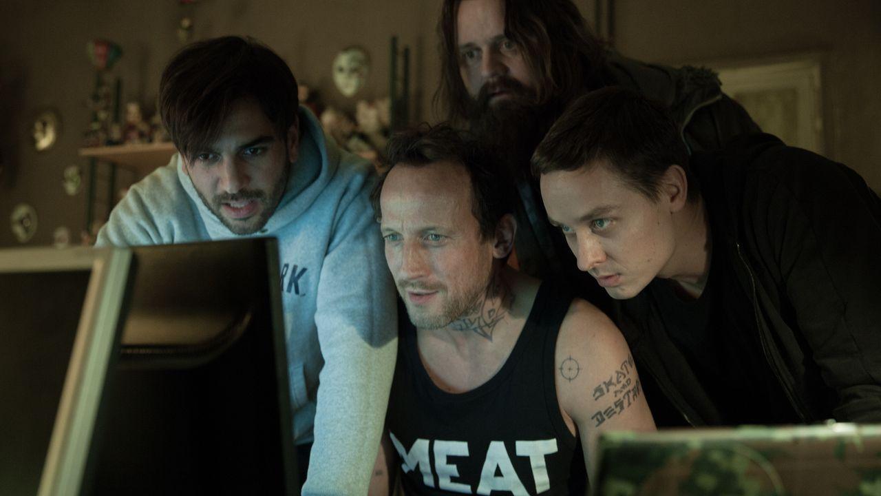 Um den Superhacker MRX zu beeindrucken, hacken sich (v.l.n.r.) Max (Elyas M'Barek), Stephan (Wotan Wilke Möhring), Paul (Antoine Monot, Jr.) und Ben... - Bildquelle: Jan Rasmus Voss Wiedemann & Berg Film
