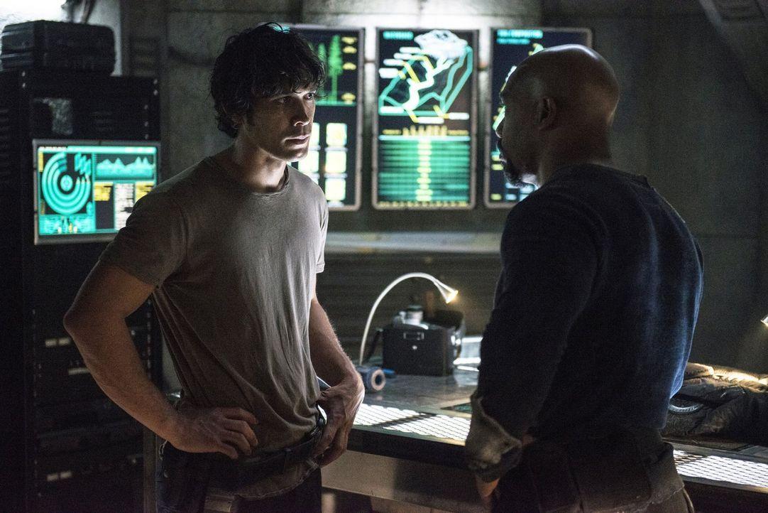 Bellamy (Bob Morley, l.) und Pike (Michael Beach, r.) planen ihren nächsten Schritt und damit einen neuen Kriegsbeginn ... - Bildquelle: 2014 Warner Brothers