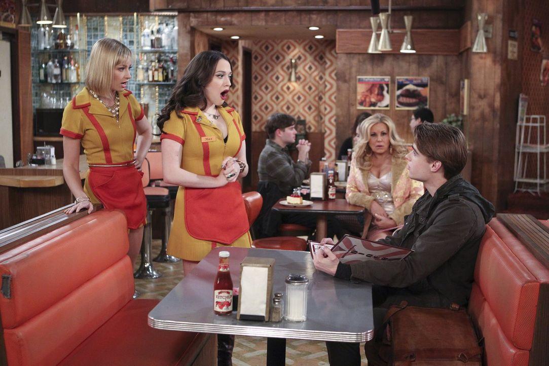 Nashit (Austin Falk, r.) bringt Caroline (Beth Behrs, l.), Max (Kat Dennings, 2.v.l.) und sogar Sophie (Jennifer Coolidge, 2.v.r.) vollkommen aus de... - Bildquelle: Warner Bros. Television