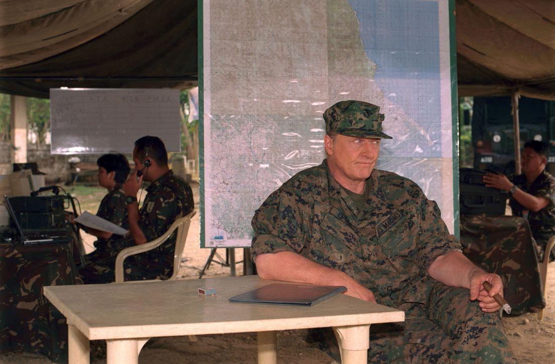 General Frank Lewis (Rutger Hauer, r.) führt eine umstrittene Mission an, die eine Gruppe Terroristen dingfest machen soll, die sich bei philippini... - Bildquelle: 2005 The Pacific Trust. All Rights Reserved.