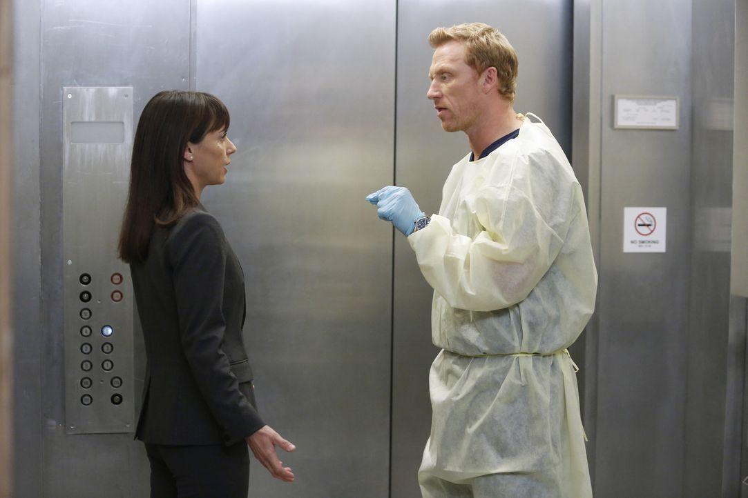 Owen (Kevin McKidd, r.) versucht Dr. Cahill (Constance Zimmer, l.) weiterhin davon zu überzeugen, die Notaufnahme des Seattle Grace nicht zu schlie... - Bildquelle: ABC Studios