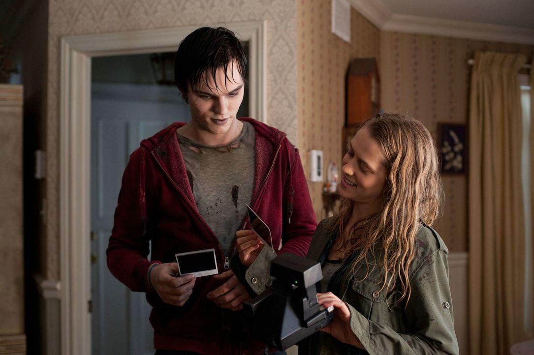 Sind Zombies auf Fotos überhaupt zu sehen? Zombie R (Nicholas Hoult, l.) und Julie (Teresa Palmer, r.) machen den Test ... - Bildquelle: 2013 Concorde Filmverleih GmbH
