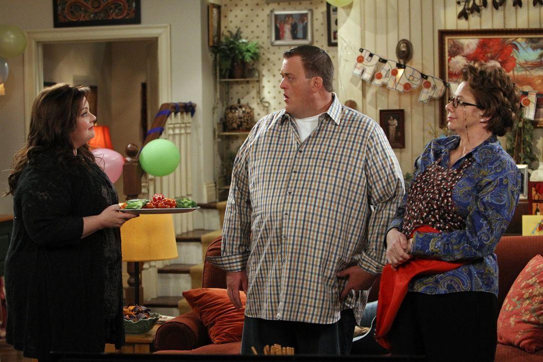 Eigentlich wollte Mike (Billy Gardell, M.), dass Molly (Melissa McCarthy, l.) und Peggy (Rondi Reed, r.) sich vertragen. Doch die beiden geraten an... - Bildquelle: Warner Brothers